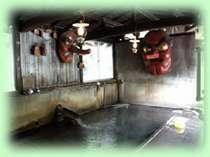 天狗湯は混浴となっており、巨大な天狗の面がかけてあります