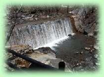源泉の口から溢れたお湯が山の斜面を奔流となって駆け巡ります