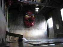 「天狗の湯」には巨大な天狗の面がかけてあります。宿泊のお客様は夜から混浴でご利用いただけます。