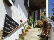 お花が並ぶ階段