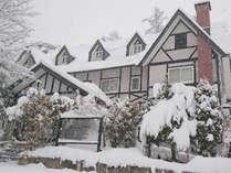 *[ 外観 ] 冬場は雪に囲まれて非日常のよう。白馬の良質な雪を体験してください♪