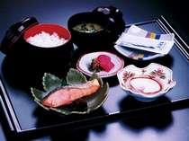 和食:焼き魚、卵料理、焼き海苔、漬物、味噌汁、ご飯(おかわり自由)