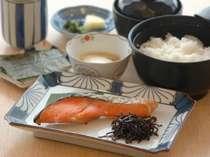 和食:焼き魚、卵料理、焼き海苔、漬物、味噌汁、ご飯(大盛り、おかわり自由)