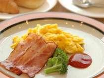 洋食:ベーコン、スクランブルエッグ、パン2種、野菜ジュース、コーヒー