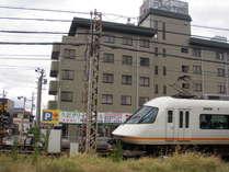 ホテルの横を近鉄電車が走ります。お部屋の窓は二重窓で遮音性OK!