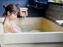 客室に露天風呂を設置しております。24時間お好きなときに癒されて下さいませ。