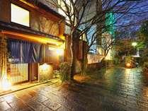祇園の街、鴨川沿いの小道に入口を構える4室限定のプライベート宿です。