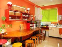 朝食はこちらのカウンターでどうぞ! 食パンは食べ放題。キッチンも自由に使えます。