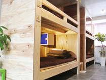 改装してモダンに生まれ変わった男女ミックスドミトリー8人部屋。