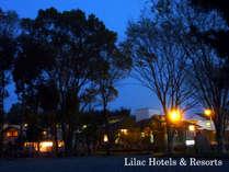 日が落ちるとライトアップされたバーベキュー広場の庭や木が一段と素敵に輝きます。