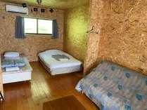 専有面積33平米6畳2間のベッド・リビングルームにお風呂とトイレが完備・コテージ隣は1台分の駐車場