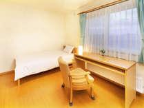 スーツケースなど大きな荷物も広げられるシングル(16㎡)♪全室バス・トイレ・洗面台は独立しています◎