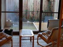 ●温泉の露天風呂付き客室【百合】。部屋の外に、いつでもご入浴いただける露天風呂付きです