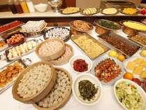 《朝食バイキング》朝は和洋中50種類以上の料理が並ぶバイキング!
