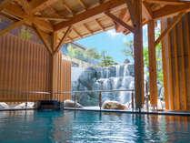《滝見露天風呂/姫の滝》滝からのマイナスイオンを感じる露天風呂
