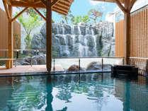 《滝見露天風呂》迫力ある滝から心地よい風が吹く露天風呂