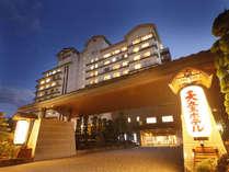 《天童ホテル全景》大きなちょうちんの灯りが目印☆