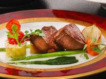 食材ひとつひとつを細部まで丁寧に扱い、ソースや付け合わせまでこだわって仕上げる和洋中折衷会席料理