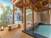 《滝見露天風呂》大きな滝を間近に眺めて開放的な入浴を楽しめる