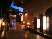 暖かい色の灯りがともる。夜暗くなってもしっかりとお客様の足元を照らします。