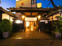 名古屋という都会の中に現れた昔ながらの懐かしい旅館。