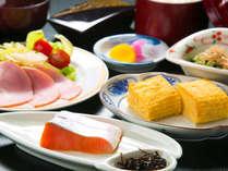 朝食はさっぱり、でもしっかり取れる。鮭とだし巻きたまごは日本のおふくろの味♪