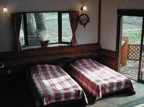 コテージB棟、室内ツインベッド。