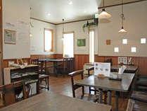 お食事はレストランで皆さんご一緒にお召し上がりいただきます。日中はカフェ・レストランを営業。