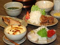 夕食(日替わり)の一例。知床栗じゃがいも(当店オリジナル)のグラタン、特製手作りイクラなど。