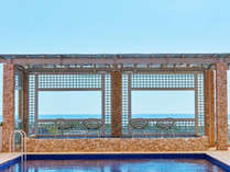 【ウィンズ館 /プールサイド】1階中庭のプールは10:00~日没までご利用いただけます。