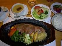 地元産の特選和牛の本格派ステーキをご夕食に。スープ・お米・お漬物・たれまで手作りのこだわりです