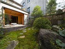 寺院敷地内にある日本庭園の様子。向かいにある和室では瞑想体験やお抹茶体験が可能です。