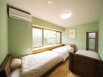 Mizuasagiの部屋(洋室)の様子。大きな窓からは中庭が見えます。洗濯干し場が外にあります。