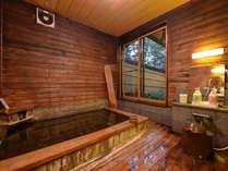 *貸切風呂/檜の香りがほのかに薫る湯船。治癒力に優れた草津温泉をのんびりご堪能下さい。
