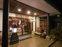 *外観(夜)/緑と茶色のシンプルで素朴な佇まい。ふっと息つく着飾らないご旅行を。