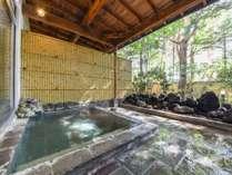 *露天風呂(女性)/草津では数少ない、同時に楽しめる温泉浴と森林浴。身体も心も温まる至福のひと時を。