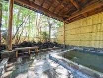 *露天風呂(男性)/芯から温まる温泉と緑の涼しい風。木々に囲まれた露天風呂です。
