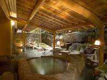 女性露天風呂は、贅沢にも一枚岩をくりぬいた自然石を湯舟にしつらえました。