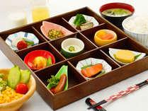 【彩り小鉢朝食】見た目も美しく、もちろん味にもこだわった自慢の朝食。※時期により料理内容異なります