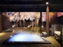 【露天風呂付き客室 -夜-】山形の山々をイメージした苔庭は、ブナやナラ等の木々を幻想的にライトアップ