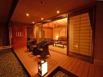 *【特別室】金泉_露天付客室。大きく開放的な窓の外には、テラスから季節の風景を楽しめます
