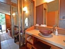 *【特別室】金泉_露天付客室。洗面所の奥に洗い場、露天風呂があります
