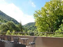 *【お食事処前 バルコニー】朝食後、山の空気と風景をお楽しみいただけます