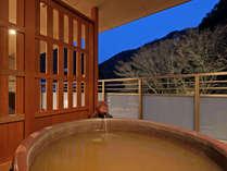 【特別室 金泉】お部屋の露天風呂からはライトアップされた木々を楽しむ事ができます