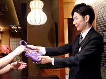 *【フロントスタッフ】お部屋の鍵は和柄のミニバックに入れてお渡しさせていただきます。