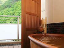 *【本館 金泉露天風呂付 客室】お部屋でお好きなお時間にお好きなだけ金泉を堪能いただけます