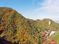 *【紅葉の有馬三山】有馬ロープウェーから六甲山・有馬三山をお楽しみいただけます。当館外観を遠くに望む