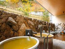 *【大浴場・金泉露天風呂】紅葉シーズン・金泉露天風呂は湯量豊富な源泉かけ流しでございます。