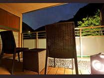 *【本館・金泉露付客室・夜のテラス】六甲山系の山を臨みながら季節の移ろいをお楽しみください。