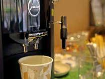 *【ロビー・コーヒーマシン】コーヒーマシンの他に飴、チョコレート等のお菓子コーナーがございます
